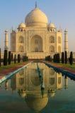 在日出,阿格拉,印度的Taj Mahal 免版税图库摄影
