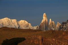 在日出,巴塔哥尼亚,阿根廷的塞罗Torre mountainline 免版税图库摄影