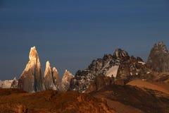 在日出,巴塔哥尼亚,阿根廷的塞罗Torre mountainline 免版税库存图片