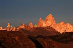 在日出,巴塔哥尼亚,阿根廷的费兹罗伊和塞罗Torre mountainline 免版税库存图片