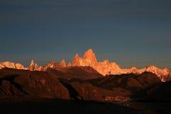 在日出,巴塔哥尼亚,阿根廷的费兹罗伊和塞罗Torre mountainline 库存图片