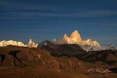 在日出,巴塔哥尼亚,阿根廷的费兹罗伊和塞罗Torre mountainline 库存照片