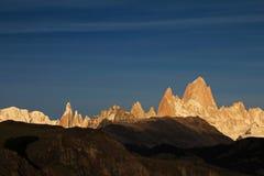 在日出,巴塔哥尼亚,阿根廷的费兹罗伊和塞罗Torre mountainline 免版税图库摄影