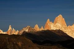 在日出,巴塔哥尼亚,阿根廷的费兹罗伊和塞罗Torre mountainline 免版税库存照片