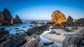在日出, Bermagui, NSW澳大利亚的骆驼岩石 免版税库存图片
