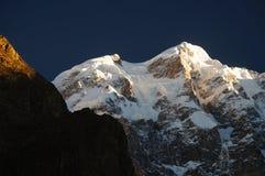 在日出, Karimabad,北巴基斯坦的高山 免版税库存照片