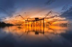 在日出, Pakpra, Phatthalung, Thailan的方形的抄网抓住鱼 免版税库存图片
