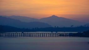 在日出, Sangkhla Buri,北碧期间的木星期一桥梁 免版税库存图片