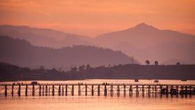 在日出, Sangkhla Buri,北碧期间的木星期一桥梁 图库摄影