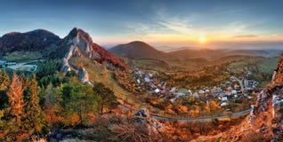在日出, Vrsatec村庄的斯洛伐克秋天农村小山风景 免版税库存图片