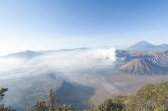 在日出以后的布罗莫火山 免版税库存图片