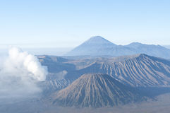 在日出以后的布罗莫火山 免版税库存照片