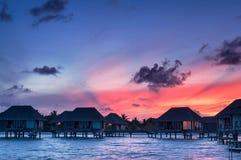 在日出水的平房马尔代夫 免版税库存照片