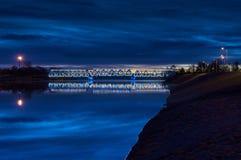 在日出3的有启发性铁路桥 免版税库存照片