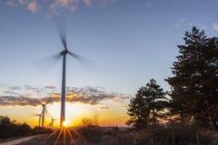 在日出1的风轮机 图库摄影