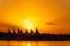 在日出的小游艇船坞海市蜃楼 免版税库存照片