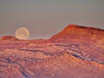 在日出Nera犹他的Moonset 库存图片
