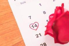 在日历上升了与2月14日华伦泰的da的日期 图库摄影