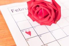 在日历上升了与2月14日华伦泰的da的日期 免版税库存照片