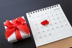 在日历与礼物的2月14日的心脏 免版税库存照片