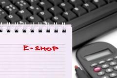 在日历写的笔记的E商店 库存图片