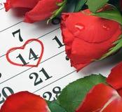 在日历放置的玫瑰 免版税库存图片