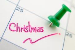 在日历的图钉与圣诞节 库存照片