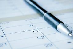 在日历的圆珠笔 库存照片