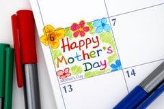 在日历的提示愉快的母亲` s天与笔 库存图片