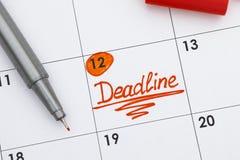 在日历的提示最后期限与笔 图库摄影