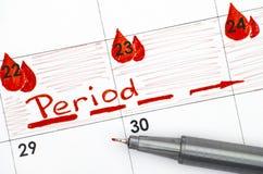 在日历的提示期间与红色笔 免版税图库摄影