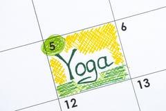 在日历的提示瑜伽 免版税库存图片