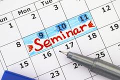 在日历的提示研讨会与蓝色笔 免版税图库摄影