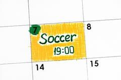 在日历的提示足球19-00 库存照片
