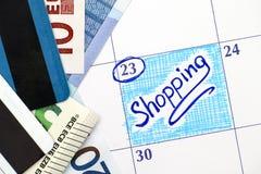 在日历的提示购物与欧洲钞票和信用汽车 免版税库存图片