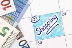 在日历的提示购物与欧洲钞票 库存图片