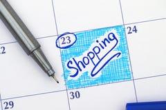在日历的提示购物与笔 图库摄影