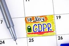 在日历的提示GDPR与蓝色笔 免版税库存照片