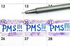 在日历的提示PMS与笔 免版税库存图片