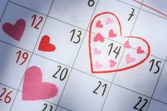 在日历的日期14与心脏标志 浓缩的情人节和的爱 免版税库存图片