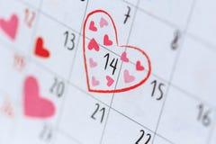 在日历的日期14与心脏标志 浓缩的情人节和的爱 库存照片
