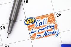 在日历的星期一提示呼叫请求见面与笔 库存照片