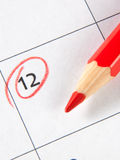 在日历的最后期限提示与红色铅笔 图库摄影