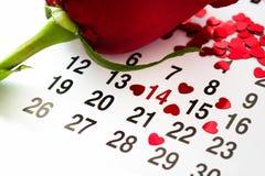 在日历的标记与心脏被画在2月14日和上升了 图库摄影