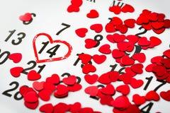 在日历的标记与心脏被画在2月14日 华伦泰` s天, 免版税库存照片