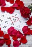 在日历的红色玫瑰 免版税库存图片