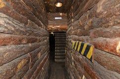在日志大厦的狭窄的段落 库存照片