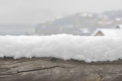在日志的雪 免版税库存照片