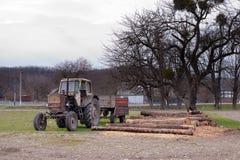 在日志附近的拖拉机 免版税图库摄影