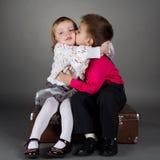 在日期的逗人喜爱的男孩和女孩 免版税库存图片